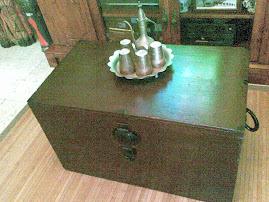 peti kayu nie pun sama2 antik nye...bersama dgn satu lagi set teko tembaga antik tu..CUN!!!