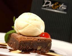 Uma sobremesa SOBERBA...Brownie com bola de gelado,regado com chocolate e Licor Baileys :-)