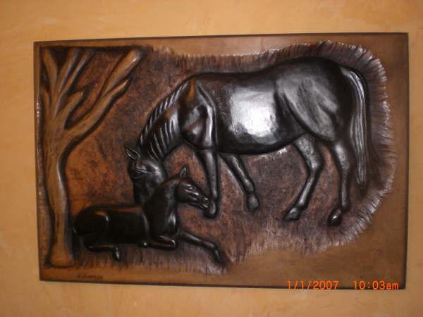 Yegua y potro tallado en madera
