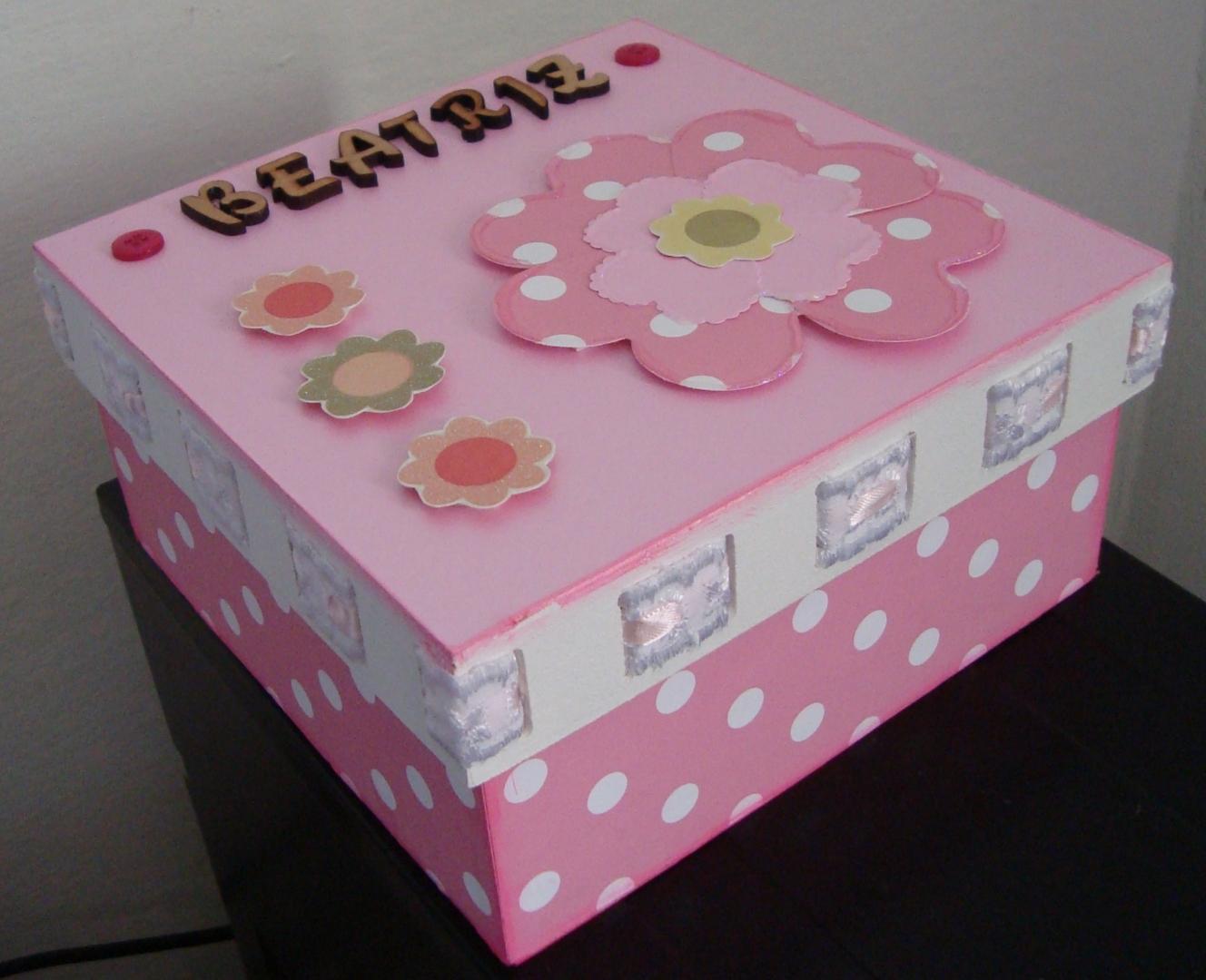 Como tinha um passa fitas na tampa da caixa eu passei uma fita rosa  #7B455D 1328x1080