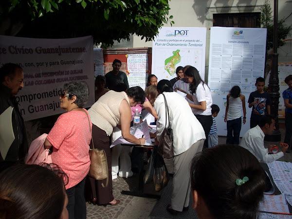 25 Julio 2008 Frente a Presidencia Municipal, El Frente Cívico Guanajuatense, recogió inquietudes.