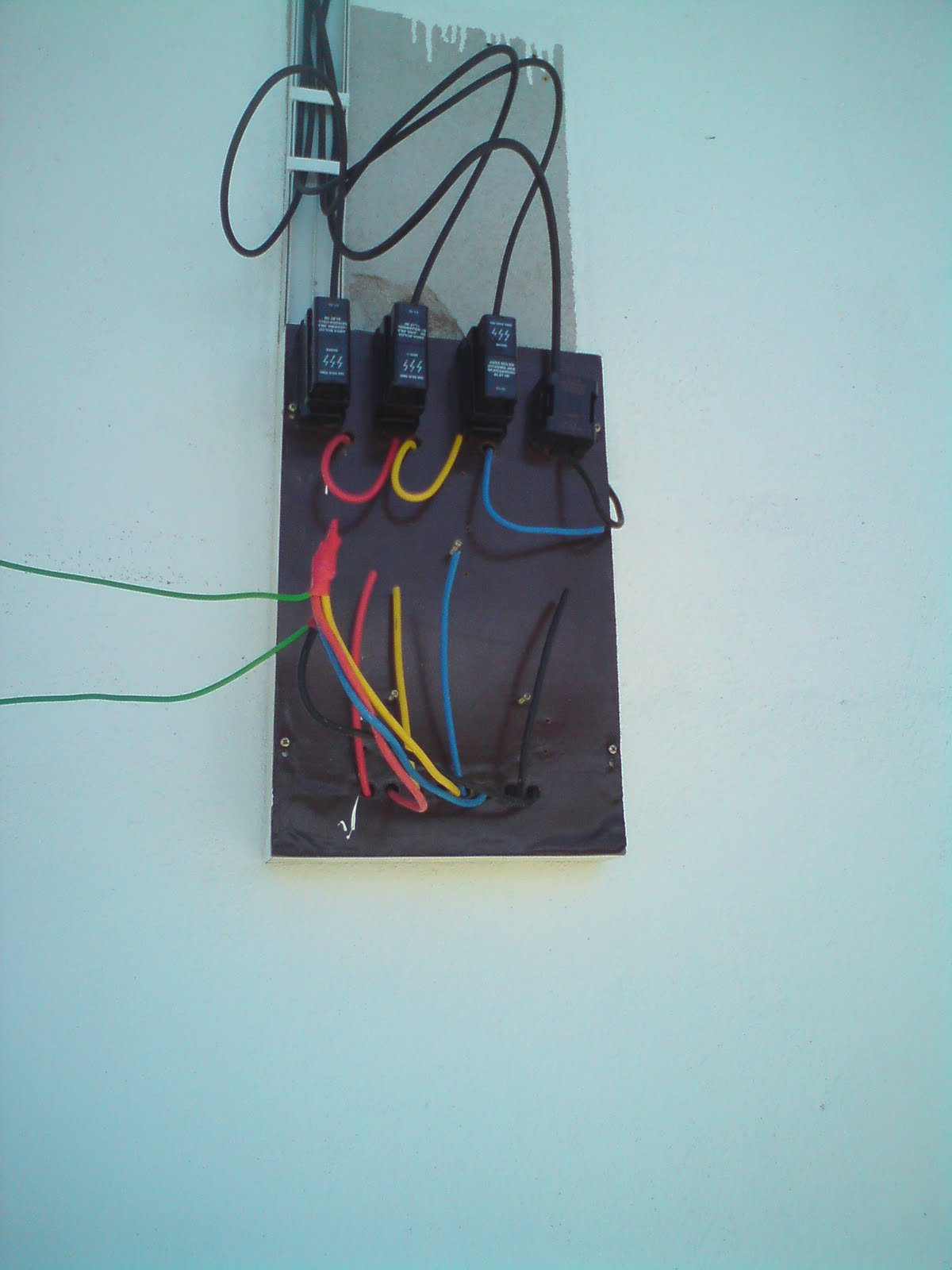 Use 3 cut out and 3 fuse. For house that used larges load. 3 phase wire  that indicate red, yellow and blue. 1 neutral wire color with black. CT  METER