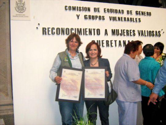 RECONOCIMIENTOS A PAMELITA SIUROB Y MALENA HERNANDEZ