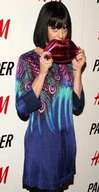 Katy Perry e sua bolsa em fomato de boca
