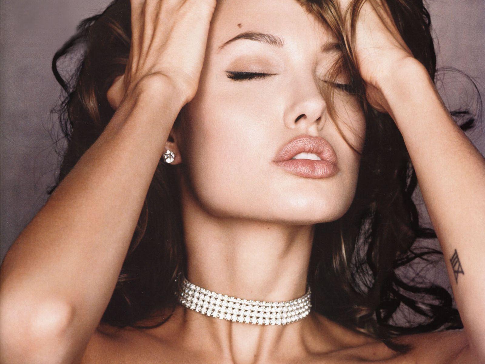 http://2.bp.blogspot.com/_HpoOSIg4IaY/TLSunOW88gI/AAAAAAAAA_o/RF-ENt15p-w/s1600/Angelina-20Jolie-20206.jpg