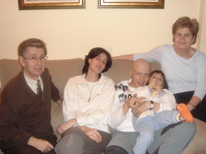 """A toda mi familia """" mujer, hija, padres, hermanos,abuelos, suegros, primos, amigos...)  OS QUIERO!!"""