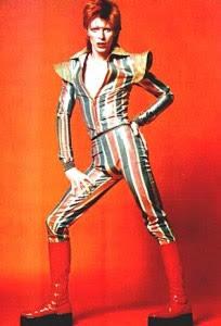 David Bowie, década del 70, botas rojas de vinilo