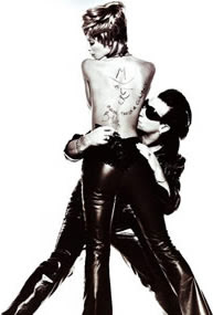Bono y la modelo Christy Turlington en la revista Vogue