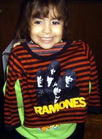 Aguanten Los Ramones!! Camila luce orgullosa su remera ramonera, regalo de Walas y la Tori, by La Lupita store