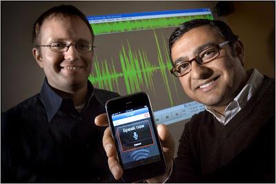 Vic Gundotra, à droite et Gummi Hafsteinsson, de Google, avec un iPhone et l'application de recherche vocale lancée.