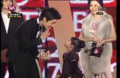 jigymarg's Birthday  Kim+Hyun+Joong+@+2009+Style+Icon+Awards.flv_000076433