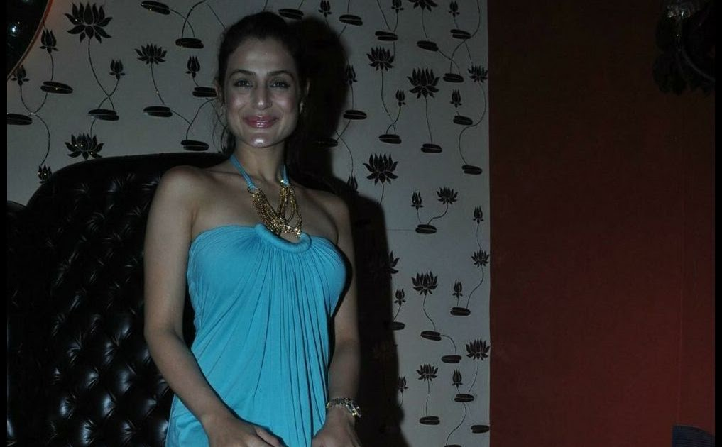 amisha patel crossed legs at ashmit patel s birthday party