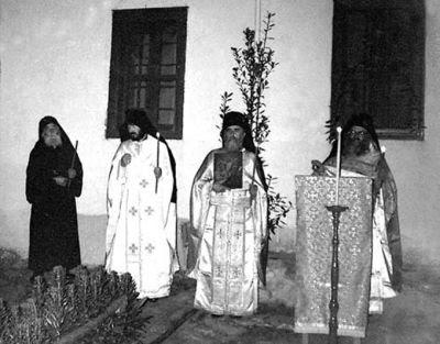 Cuviosul Paisie Aghioritul (primul din stanga) - la ultima Slujba de Paste facuta impreuna cu ucenicii lui (in anul 1992)