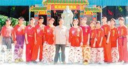 """代表馬來西亞到中國廣州參加""""文化中國-全球華人中華才藝(龍獅)大賽""""的關聖宮龍獅團與團長陳忠興(左6)。"""