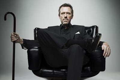 dr house parado con su baston