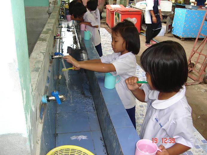 เด็กนักเรียนแปรงฟันทุกวันหลังอาหารกลางวัน