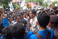 Mahasiswa Mengamuk Segel Kantor PLN Riau