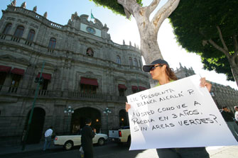 Protestan mujeres de Plazas de Amalucan en defensa de áreas verdes