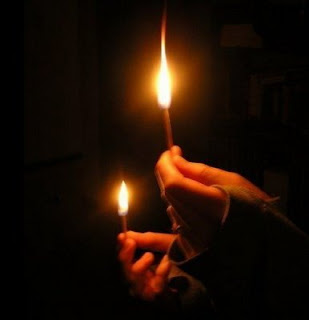 سجّل حضورك ومغادرتك بإلقاء التحية.. :)1 - صفحة 2 Candleinhand1