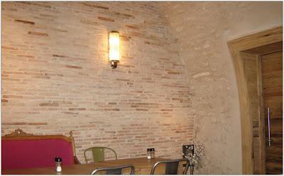 Le petit monde de bieke des briques dans mon salon - Recouvrir un crepi interieur ...