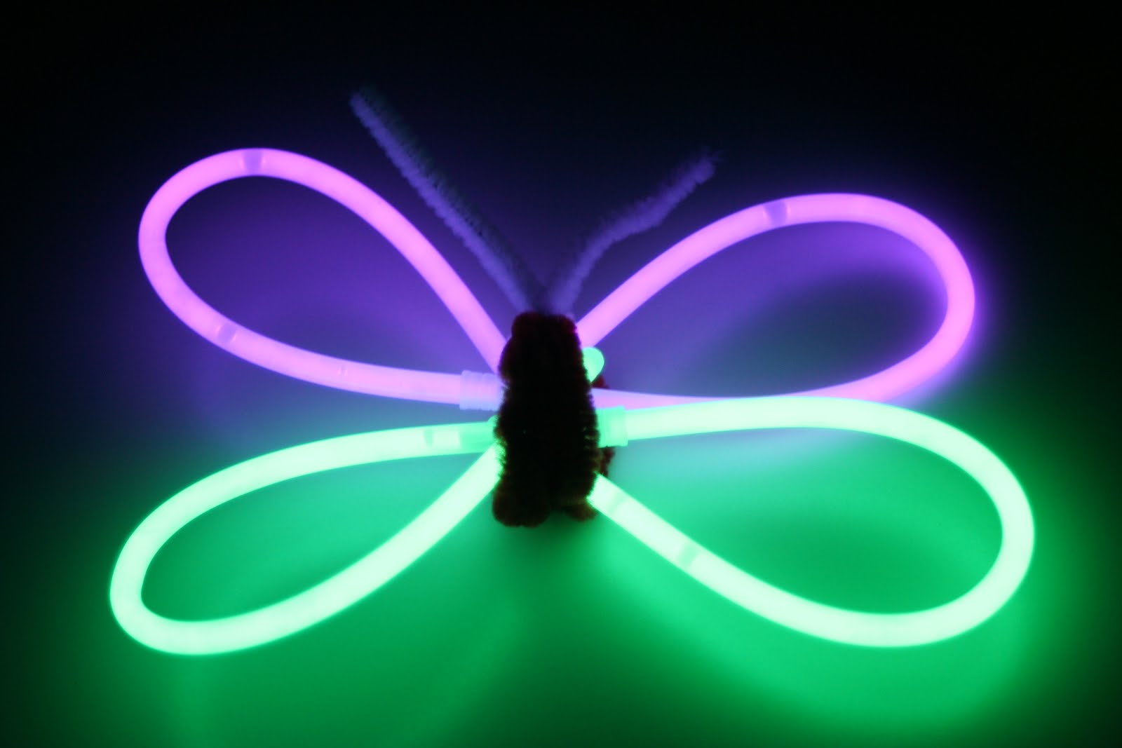 glow stick Glow sticks aren't just for wearing as bracelets you can also make some pretty incredible crafts, put together some amazing activities or use them to create awesome party decorations.
