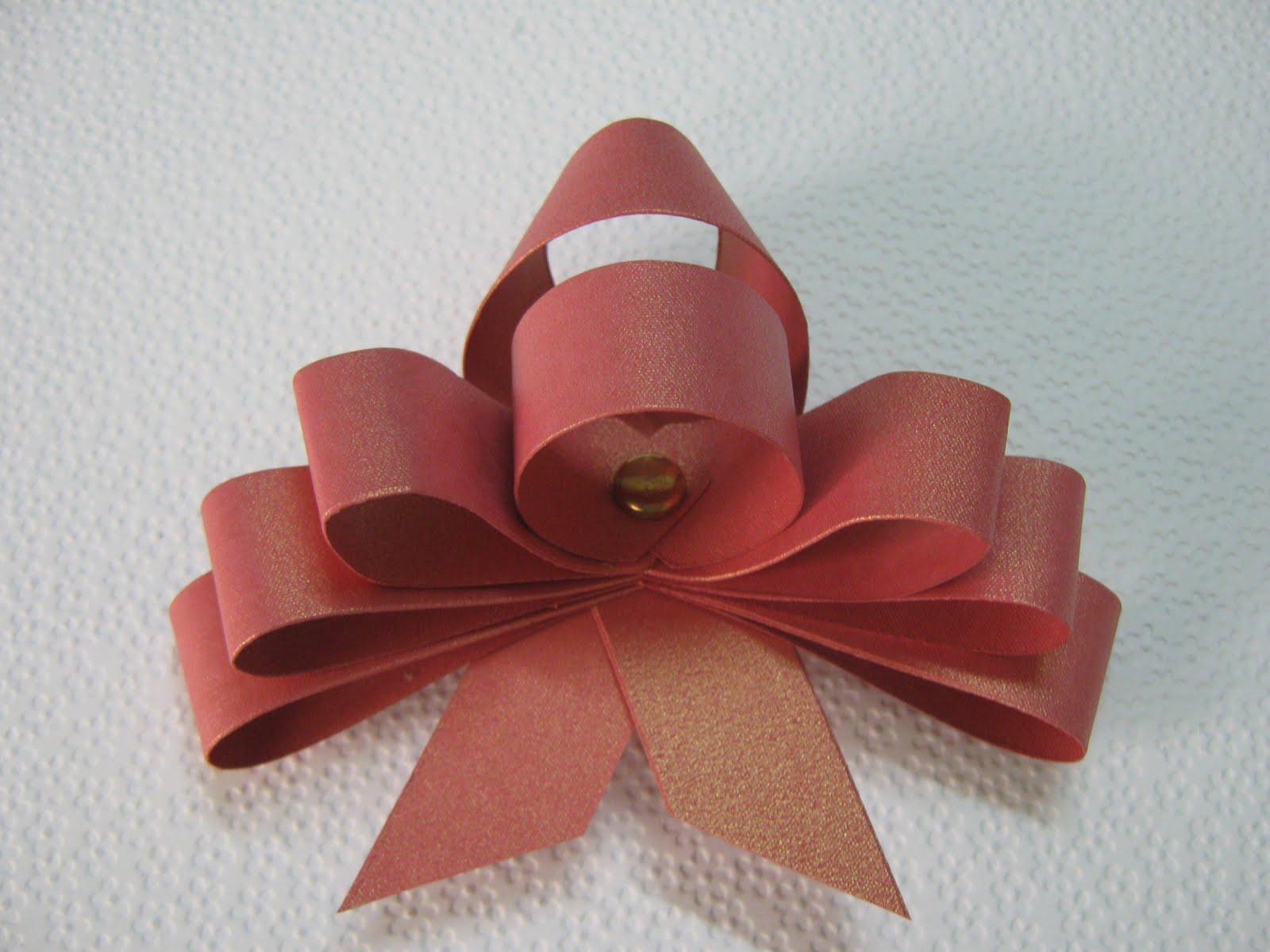 puedes dar un poco de movimento curvando las tres gazas que colocaste de primero y listo tienes un bonito lazo para decorar algn regalo en esta navidad