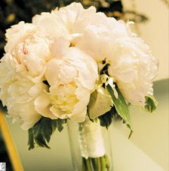 bouquet PEONIAS. Disponible en blanco y rosa.