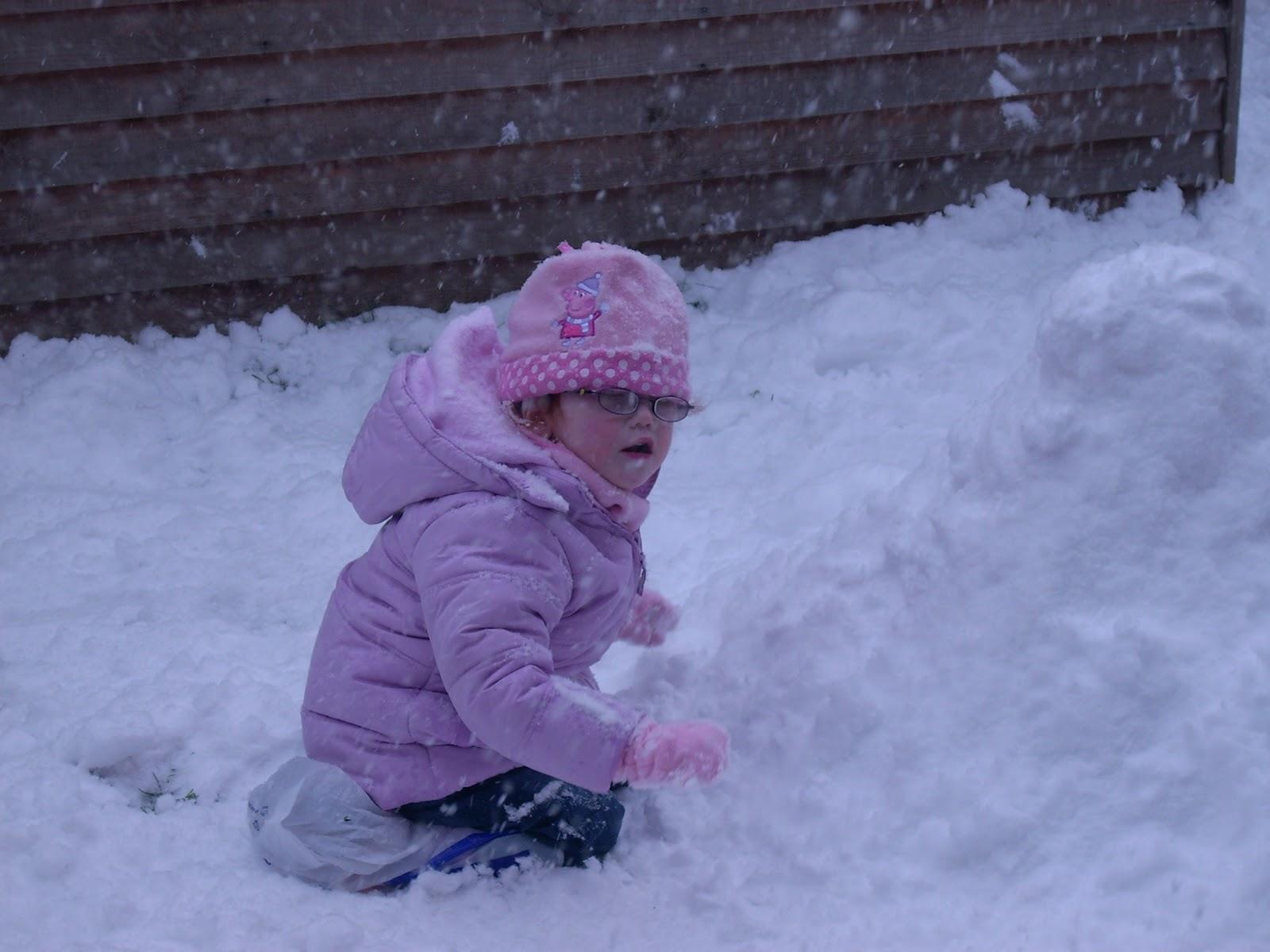 http://2.bp.blogspot.com/_IIkifevZRWo/TPgPjjF2wZI/AAAAAAAAAEU/r0D6j9FeOgw/s1600/Erin+in+the+snow+2-12-10.jpg