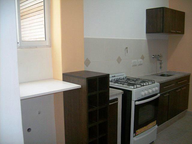 Silvana butto asociados reciclado de cocinas for Mesadas de colores