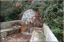 Fuente de agua ferruginosa cerca de la ermita