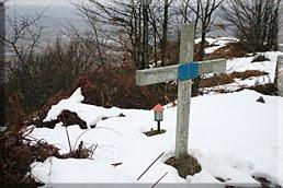 Buzón y cruz en la cima