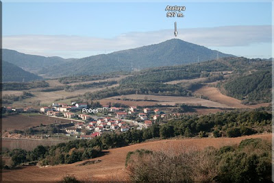 Pobes, con Atalaya de fondo, visto desde Anúcita.