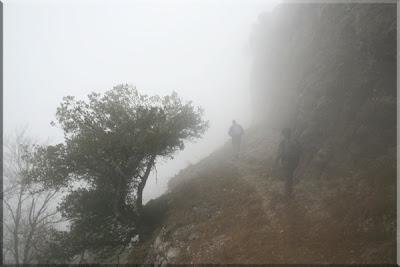 Avanzando bajo la espesa niebla buscando la ermita