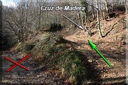 Cruz de madera en la pista de la derecha