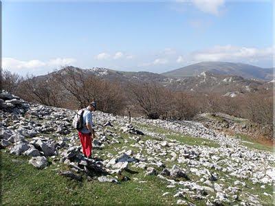Hitos de piedras jalonan el recorrido por Itxina