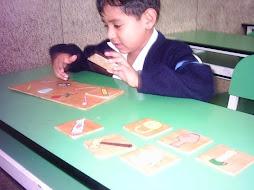 Juegan con el dominó