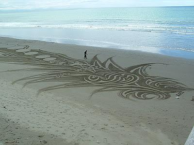 http://2.bp.blogspot.com/_IUYlNU10BMY/Sk3i_TM9RPI/AAAAAAAAWM0/DBaQwi47MNU/s400/sand-drawing-07.jpg