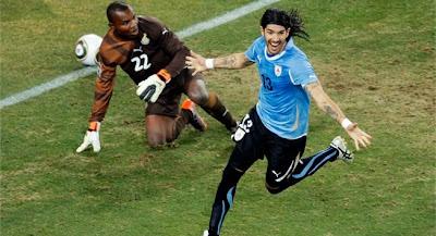 El Loco Abreu lleva a Uruguay a la semifinal