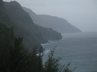 Hiking along the Kalalau Trail in Kauai (Hawaii)