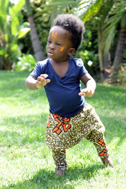 Litlle-boy in african print pants. modele de pagne africain
