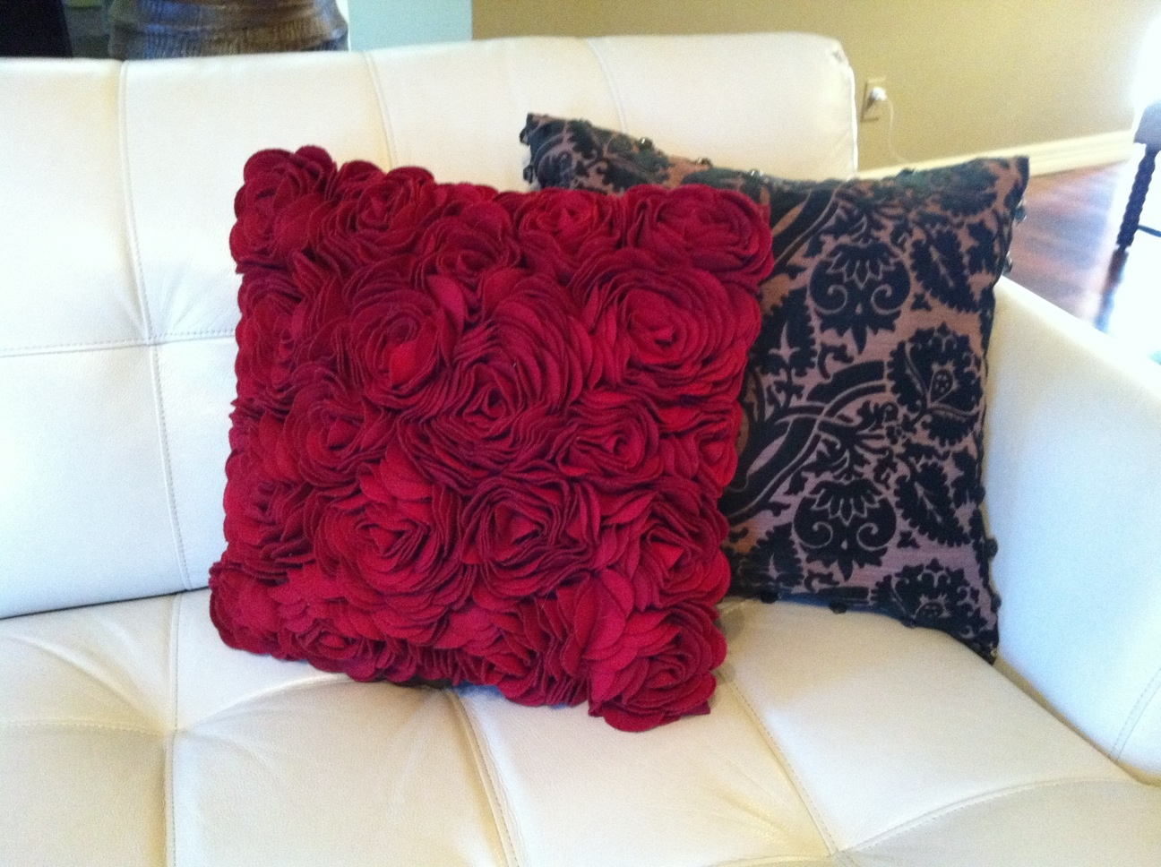 Some red and green pillows on the couch:
