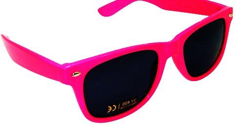 e3ce99fdb81db Esse óculos é mais um modelo Wayfarer, e vamos combinar que esse é neon  M-E-S-M-O! Bem pink, pra você arrasar aonde for  -