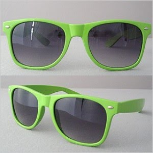 8c9d46063094e Meu Deus! vamos combinar que esse óculos modelo Wayfarer verde limão está  uma SEDUÇÃO né! Esse modelo, clássico da Rayban, que foi um clássico dos  anos 80, ...