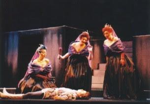 Las Damas de la noche acaban de seccionar en tres partes a la serpiente mientras Tamino se ha desmayado