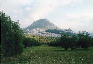 La Peña de Martos vista desde un olivar.