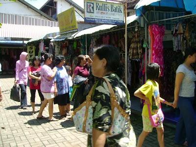 BISNIS eceran batik di Pasar Grosir Setono Pekalongan f2707a9ded