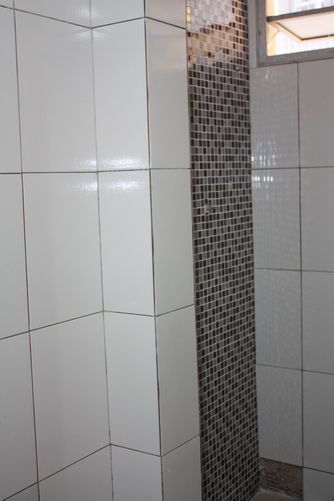 Parede do chuveiro em pastilhas de vidro mescladinha  #71615A 1067x1600 Banheiro Com Pastilhas De Vidro Lilas