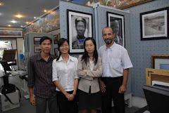 con lo staff e miss Thùi (camicetta bianca)