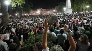 Panelaço frente à Casa Rosada, palácio presidencial, Buenos Aires
