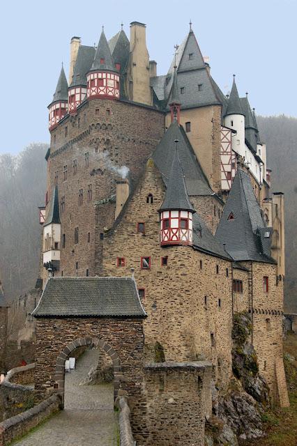 A entrada de Burg Eltz é imponente
